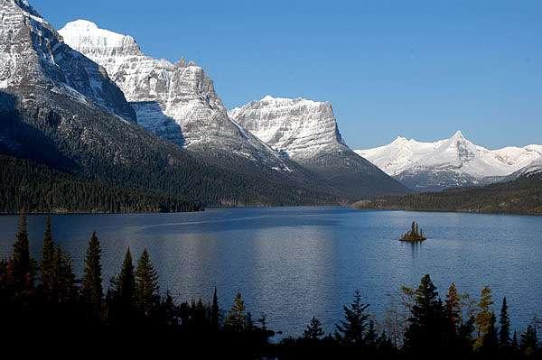 Le parc national de Glacier, au sein de la chaîne montagneuse des Rocheuses, abrite une faune et une flore très variées. © National Park Service, domaine public