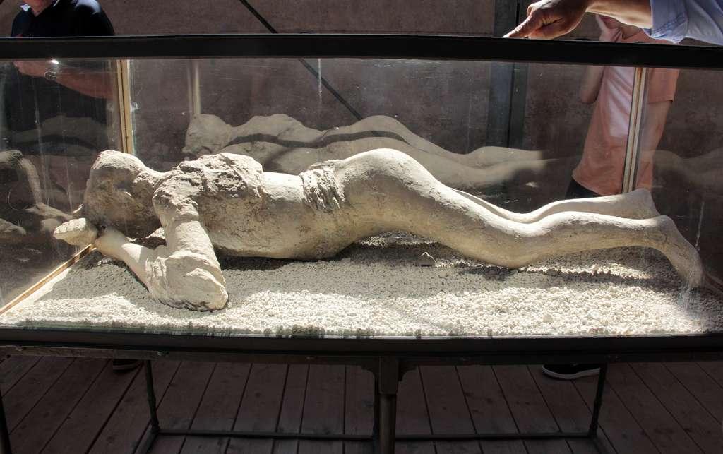 Moulage du corps d'une personne ayant péri au cours de l'éruption du Vésuve. © helenedevun, Adobe Stock