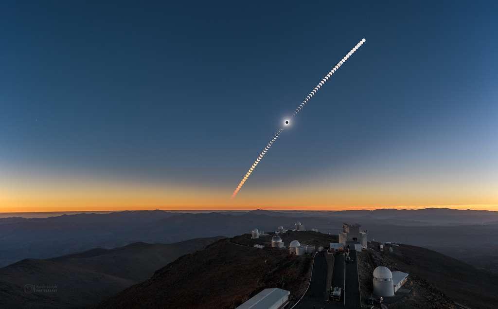 L'éclipse solaire à 2.400 mètres d'altitude, au-dessus des coupoles qui dominent une mer de montagnes, dans les Andes. © ESO, Petr Horálek