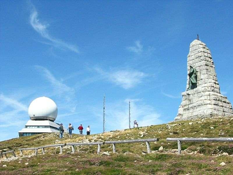 Vue du Grand Ballon avec, à sa gauche, un radar de 1997 servant à l'aviation civile et, à sa droite, le monument des Diables bleus dédié aux chasseurs alpins de la première guerre mondiale, morts pour la France. © Cham, Wikipédia, DP