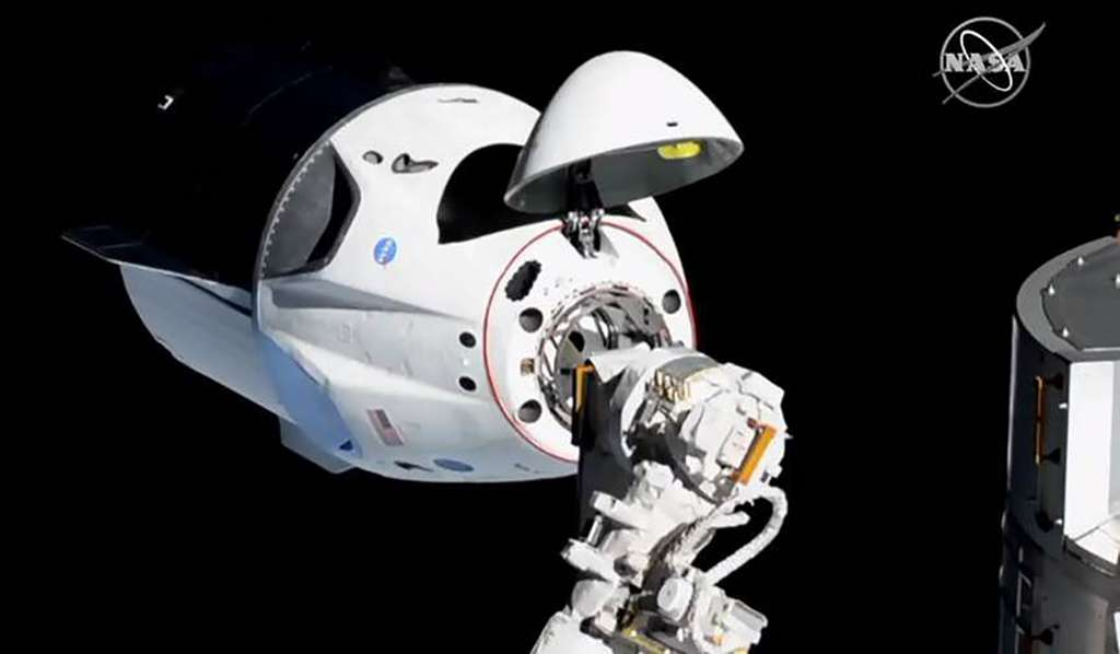L'amarrage de la Crew Dragon. La capsule du SpaceX s'est arrimée de façon automatisée au complexe orbital. © Nasa TV