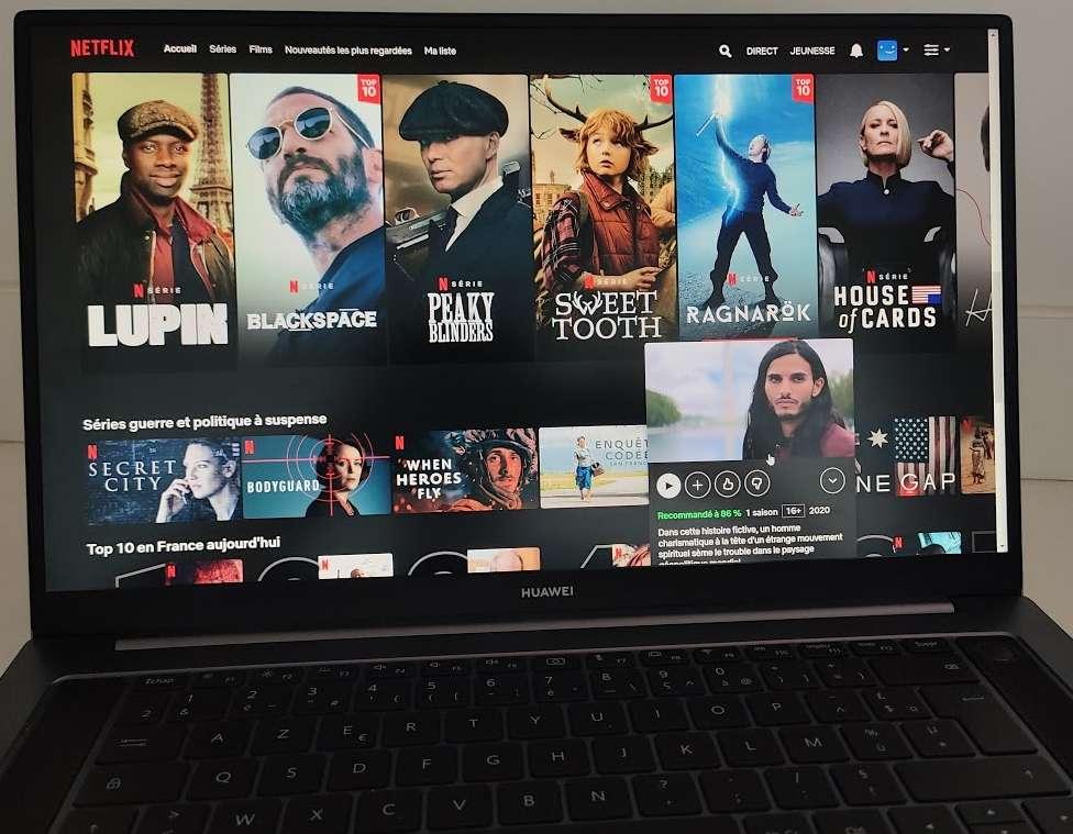 Avec son écran de 16,1 pouces au format 16:9, le Huawei Matebook D16 est particulièrement adapté à la consommation de contenus vidéo. © Futura