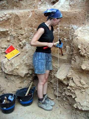 Photo 9c : Différents outils utilisés sur la fouille : le marteau et le burin … © François Marchal Reproduction et utilisation interdites