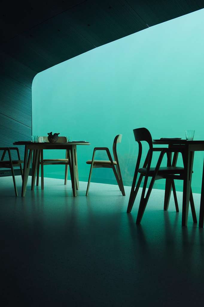 Dans la salle du restaurant «Under», un éclairage vert et bleu rappelant un environnement sous-marin naturel. © under.no