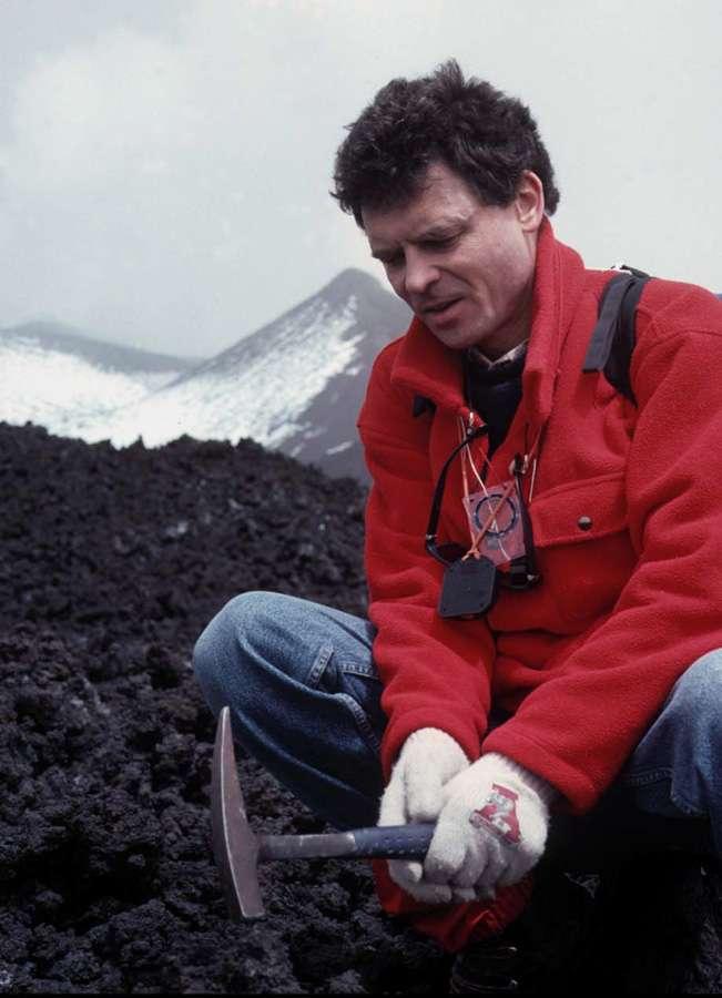 Jacques-Marie Bardintzeff prélève un fragment de lave solidifié sur l'Etna, en avril 2000 . © J.-M. Bardintzeff, tous droits réservés, reproduction interdite
