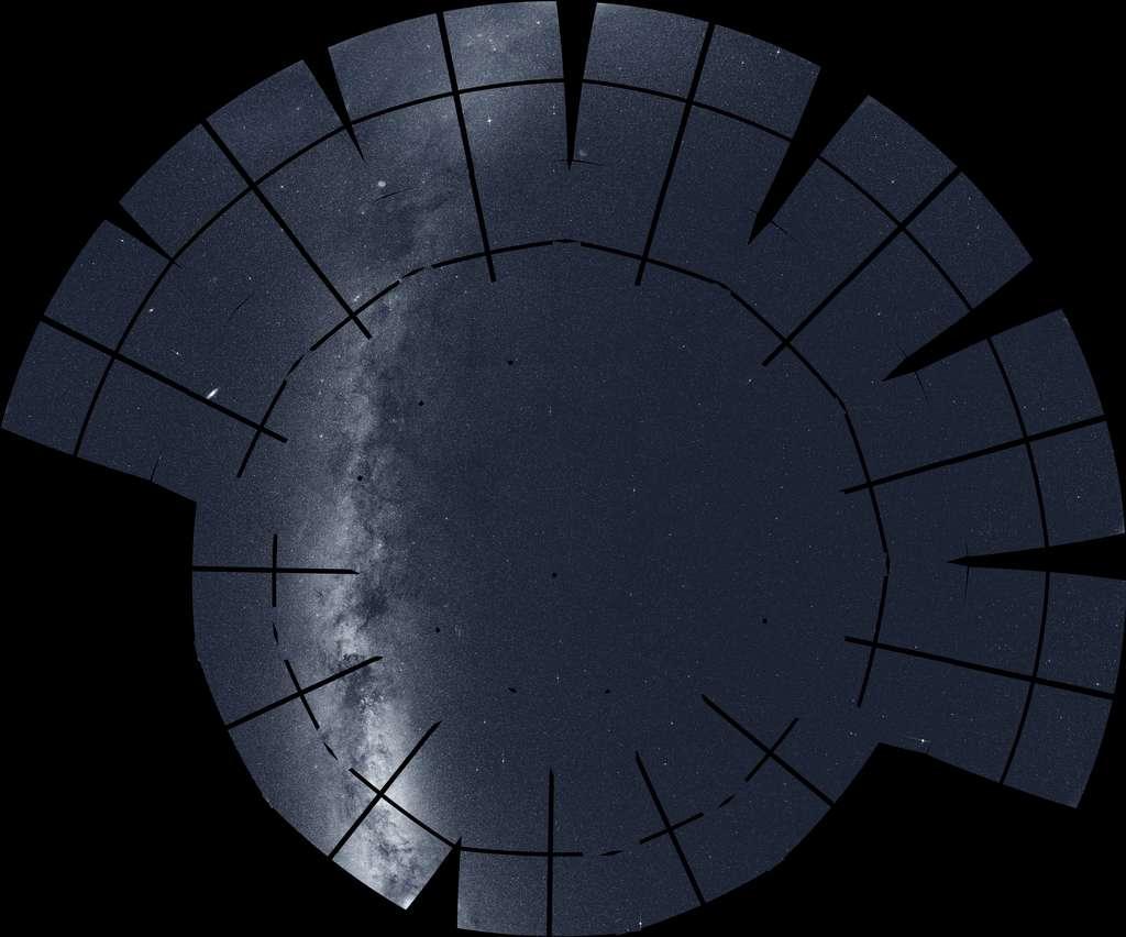 Cette mosaïque du ciel boréal est constituée de 208 images prises par Tess au cours de sa deuxième année. Parmi les nombreux objets célestes notables visibles : l'arc brillant et les nuages de poussières sombres de la Voie lactée (à gauche), la galaxie d'Andromède (ovale, au centre gauche) et la nébuleuse de l'Amérique du Nord (en bas, à gauche). Les lignes noires correspondent aux espaces entre les détecteurs du système de caméra de Tess. © Nasa, MIT, Tess et Ethan Kruse (USRA).