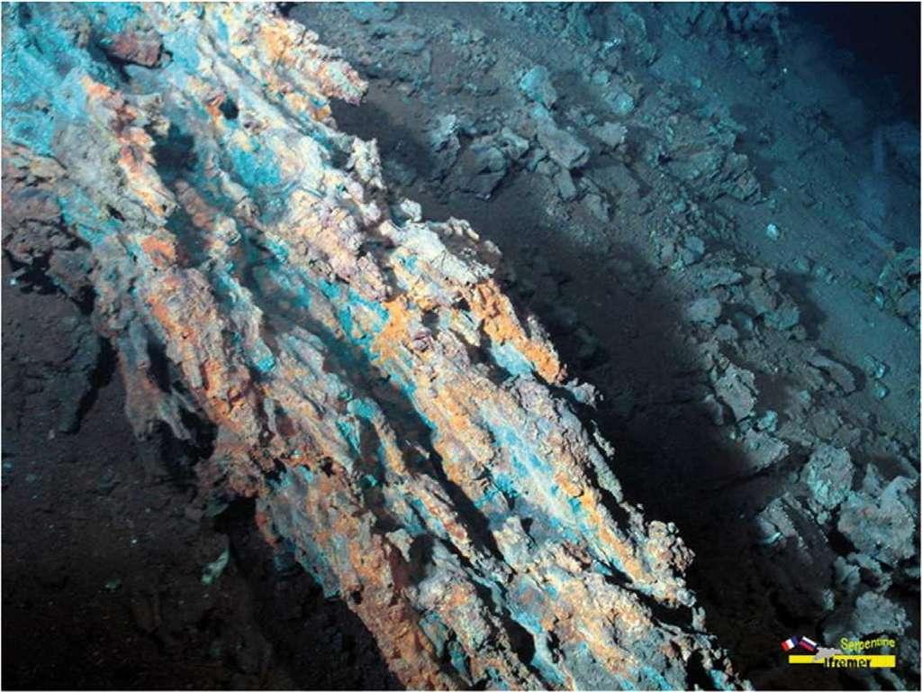 Ancienne cheminée hydrothermale riche en cuivre et oxydée. © Ifremer