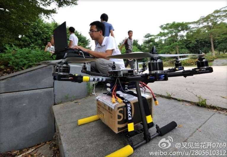 Si Amazon a créé le buzz en dévoilant un projet de drone-livreur, il n'est pas le seul à y avoir pensé. En septembre dernier, des images postées sur le réseau social chinois Weibo montraient un drone-livreur (à l'image) en action dans la ville de Dongguang. © Weibo