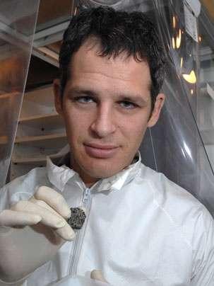 Benjamin Weiss montrant un morceau de la météorite D'Orbigny étudiée. © MIT/Donna Coveney