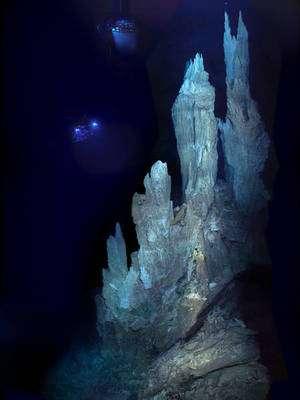 Les véhicules Hercules et Argus (lumières en haut à gauche) inspectent une cheminée haute de plus de 30 mètres à Lost City, champ d'évents hydrothermaux de l'Atlantique. © University of Washington