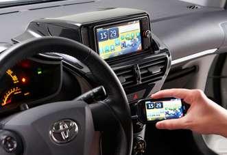 Une fois branché, le smartphone compatible avec MirrorLink envoie ses données sur l'écran de la voiture et devient contrôlable par les commandes du tableau de bord. Des applications spécifiques peuvent alors apporter de multiples services. © Car Connectivity Consortium