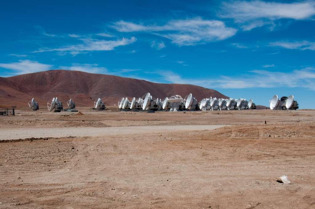 Installé sur le plateau de Chajnantor, au Chili, à plus de 5.000 mètres d'altitude, les 66 antennes de l'observatoire Alma entrent progressivement en service. À l'image, le réseau compact d'Alma. © Rémy Decourt