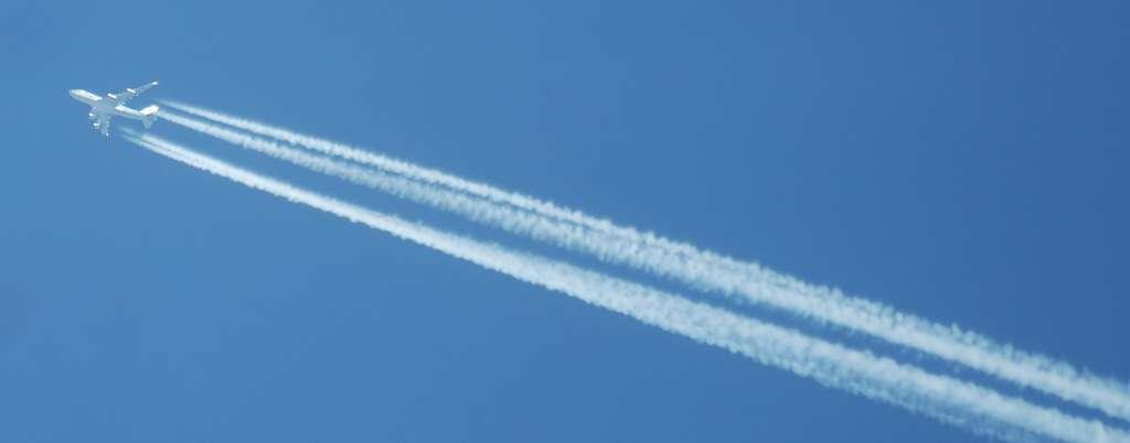 Les traînées de condensation sont des nuages artificiels produits par la condensation émise par les moteurs d'avions. © André Karwath, Wikimedia Commons, cc by sa 3.0