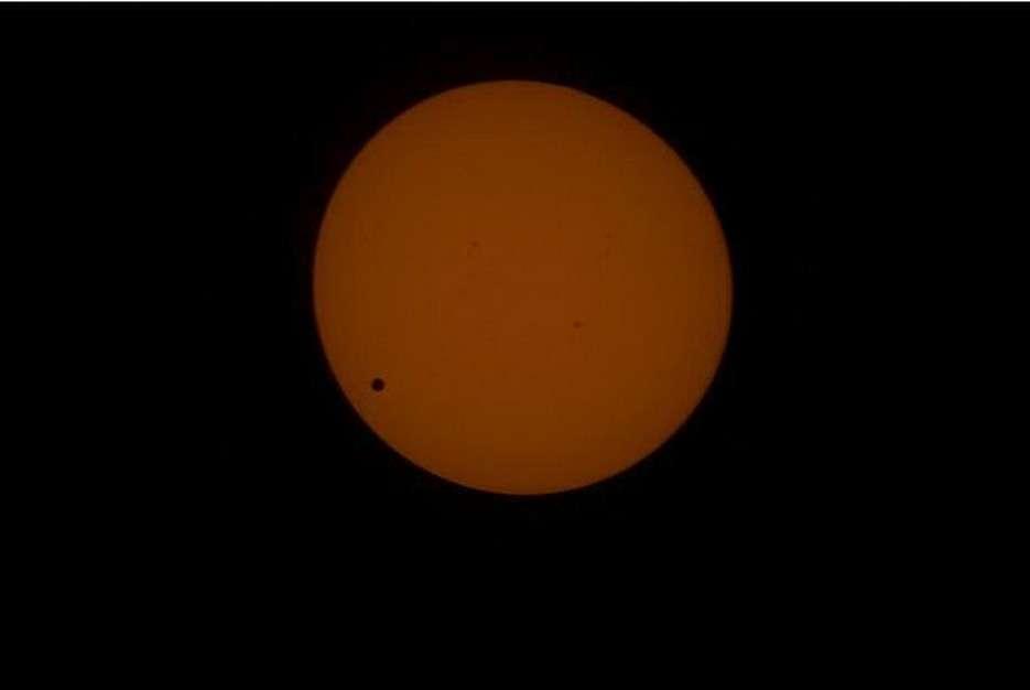 Pari réussi pour les astronautes de l'ISS qui ont réalisé la première image d'un transit faite par un humain depuis l'espace. © Nasa