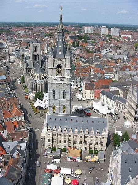 Construit en moins d'un siècle, Le beffroi de Gand surplombe la ville et les terres de Flandres du haut de ses 91 mètres, offrant au visiteur un panorama exceptionnel. © Donarreiskoffer, CC by-nc 3.0