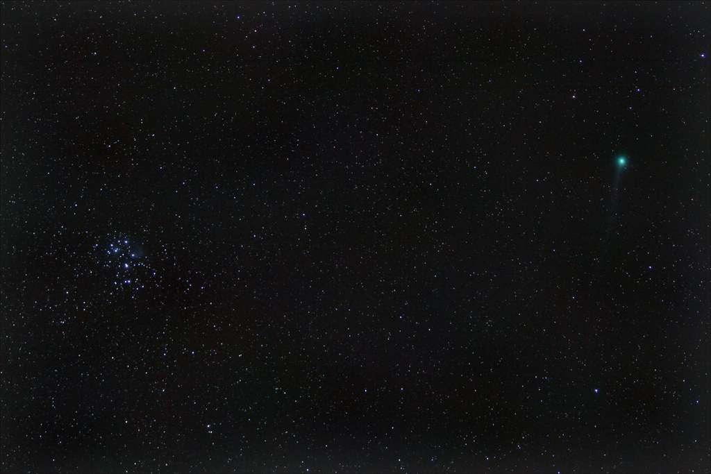 La comète Lovejoy flirte avec les Pléiades. Une image saisie depuis la région parisienne par un astronome amateur, avec un appareil photographique muni d'un téléobjectif de 70 mm, puis travaillée avec un logiciel. © Olivier Riant