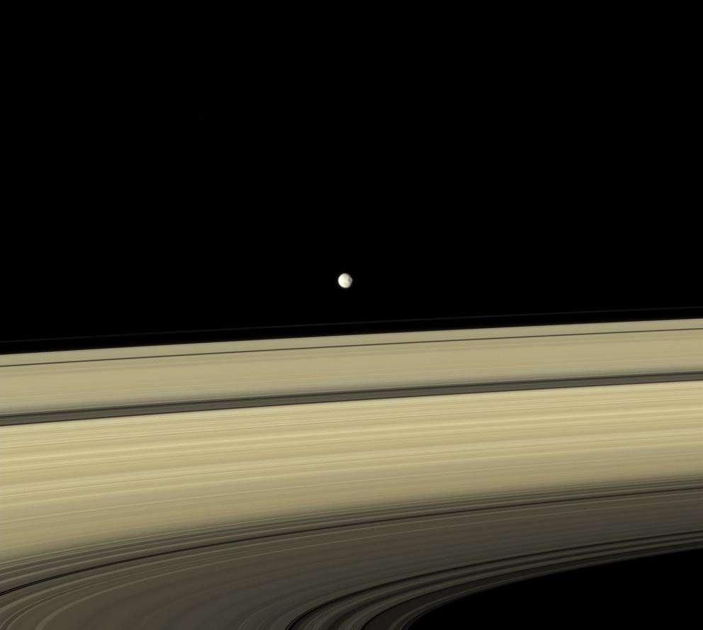Mimas est un des satellites naturels sphériques les plus proches de Saturne. Bien que photographié par Cassini à plus de 3 millions de km de distance, le cratère Herschel qui domine la surface de cette petite lune se remarque sans difficulté. © Nasa, JPL, Space Science Institute