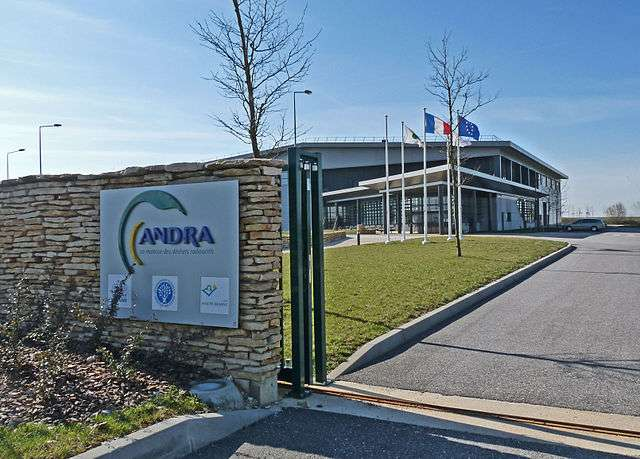 L'Andra exploite trois sites de stockage, ainsi qu'un laboratoire de recherche souterrain situé sur les communes de Bure (Meuse) et Saudron (Haute-Marne). L'Espace technologique (ci-dessus) est associé au laboratoire. © Ji-Elle, Wikimedia Commons
