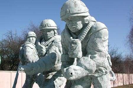Monument érigé à la mémoire des liquidateurs de Tchernobyl. © Petr Pavlicek/IAEA