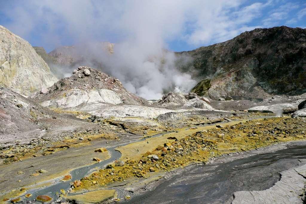 Cratère fumant du volcan de White Island, au large de la Golden Bay. © Marlène Beyerle