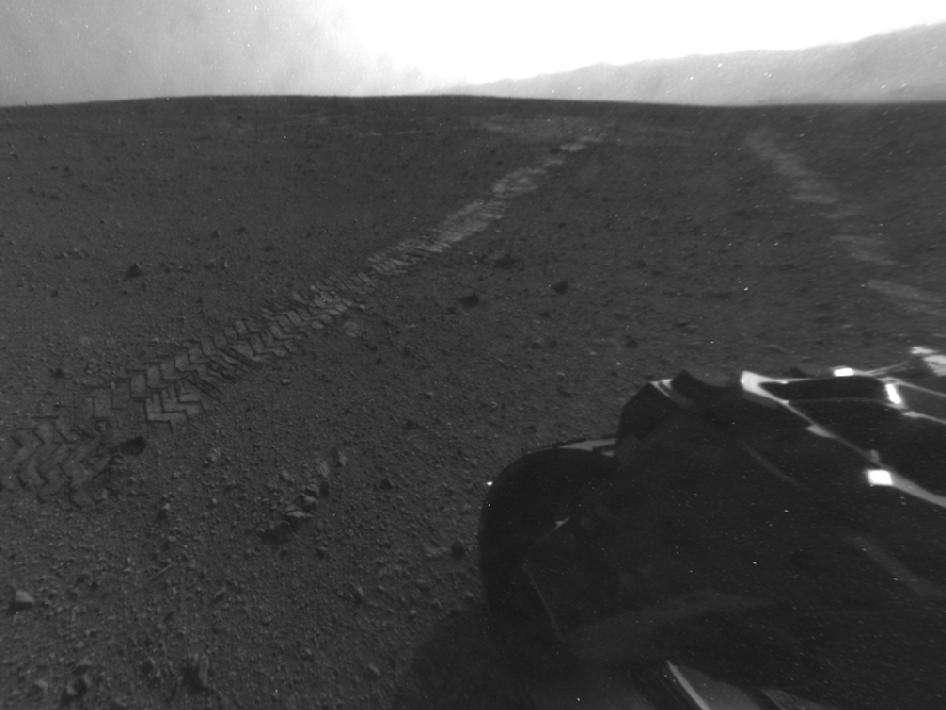 Une vue arrière prise le 28 août par la caméra Hazcam, aux prises de vue en noir et blanc et équipée d'un objectif grand angle. Curiosity vient de réaliser sa première grande traversée de 16 m... © Nasa/JPL-Caltech