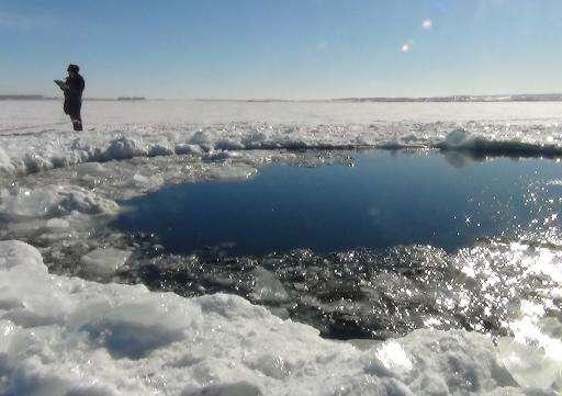 Ce trou de six mètres de diamètre a été creusé par un fragment de météorite dans la glace à la surface du lac Tchebarkoul, le 15 février 2013. Sa recherche a duré plusieurs mois. © AFP, Chelyabinsk Region Police Department