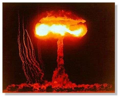 L'équivalence masse-énergie en action : test de bombe atomique en 1953 dans le désert du Nevada. Dans une telle explosion, seule une faible fraction de la masse originale est convertie en énergie, contrairement à une annihilation totale de particules. © U.S. Department of Energy