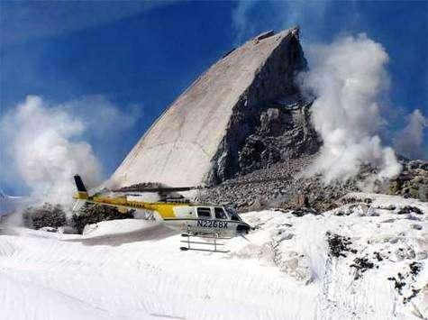 Un hélicoptère passant devant l'excroissance rocheuse du Mont St Helens (Courtesy of AP Photo/USGS)