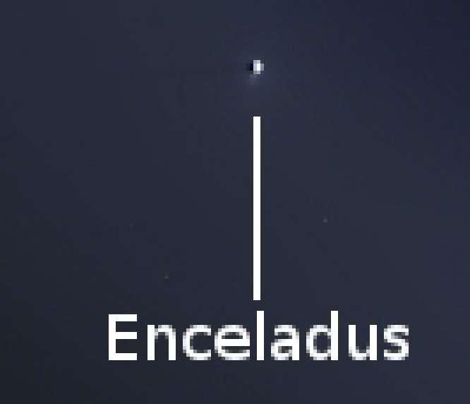 Le satellite Encelade, près de l'anneau E. Le panache glacé éjecté des fissures proches du pôle sud est visible. © Nasa, JPL-Caltech, SSI