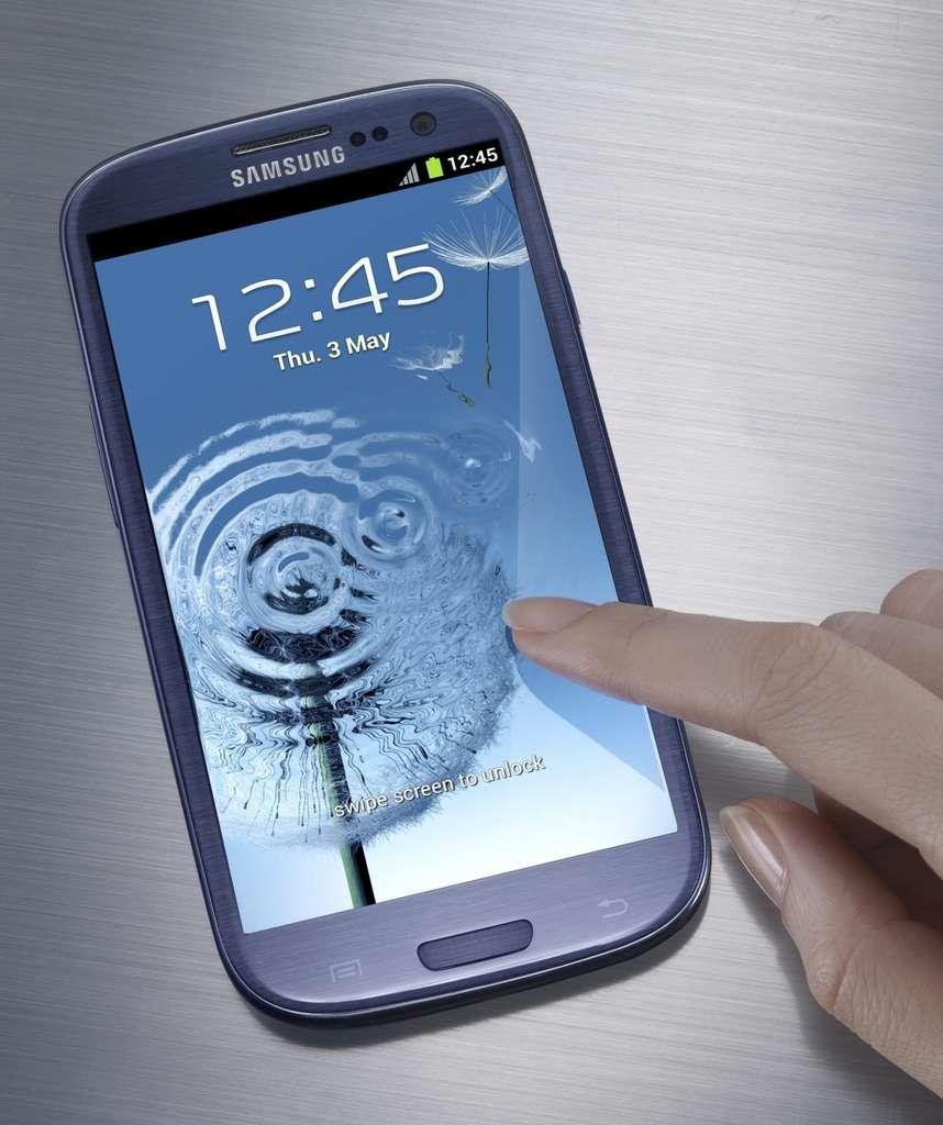 Samsung a joué la continuité en ce qui concerne le design du S3 qui est assez proche de celui du Galaxy Nexus. La firme coréenne a surtout mis l'accent sur les performances et l'ergonomie. © Samsung