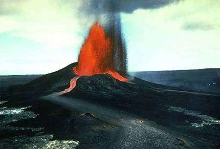 Fontaine de lave du Pu'u O'o sur le Kilauea à Hawaï. Le basalte émis fait partie des OIB. Crédit : U. S. Geological Survey Jim Griggs