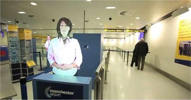 Julie accueille les passagers à l'aéroport de Manchester. Inutile de tenter de lui serrer la main : c'est une image holographique. L'image est extraite d'une vidéo avec des explications en anglais. Les non-anglophones peuvent regarder les images... © Manchester Airport