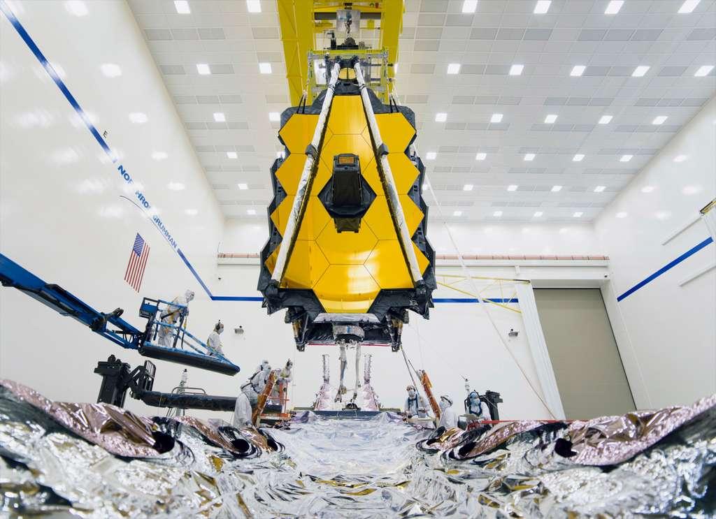 Assemblage en cours des deux parties du télescope spatial James Webb. En l'air, les miroirs primaire et secondaire ainsi que les quatre instruments et en dessous, le satellite, qui héberge les servitudes et le bouclier thermique. © Nasa, Chris Gunn
