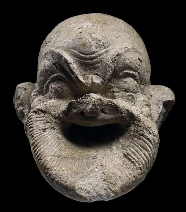 Masque en calcaire de la fontaine de l'Oxus