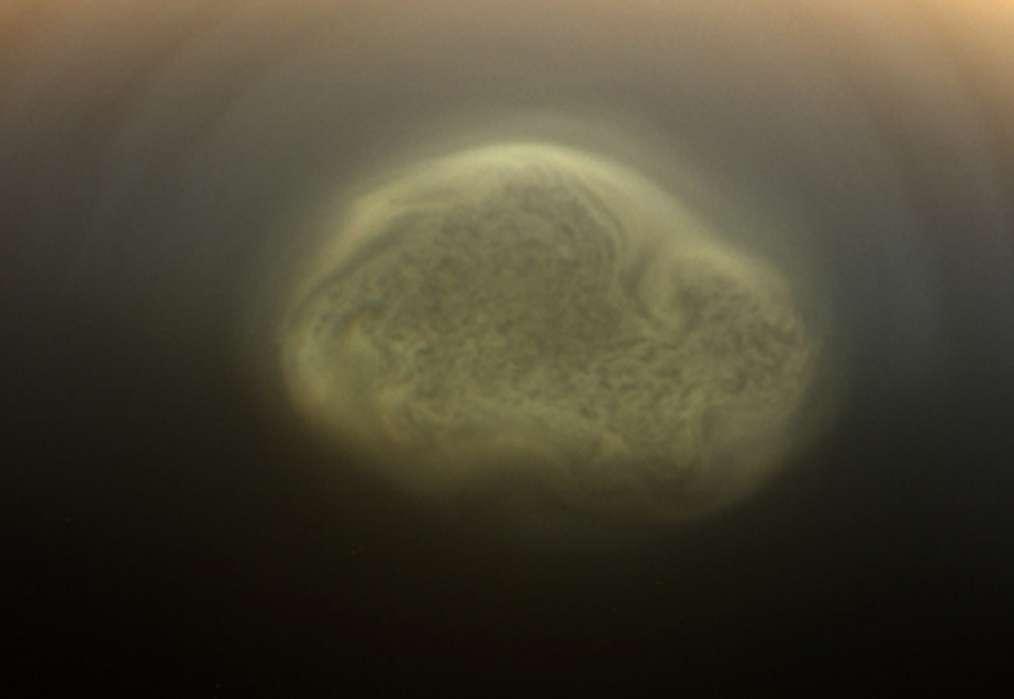 Sur Titan, la plus importante lune de Saturne — et la seule à présenter une atmosphère dense —, un vortex se forme au-dessus du pôle sud, au début de l'hiver. Il a été photographié par la sonde Cassini en 2012. © NASA, JPL-Caltech, Space Science Institute