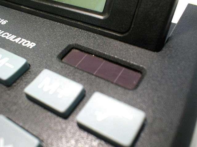 Les cellules photovoltaïques au silicium amorphe ont un rendement faible, mais elles fonctionnent en intérieur. À l'origine, elles sont donc utilisées dans divers appareils électroniques comme cette calculatrice, car elles étaient sans équivalent. Elles peuvent également être intégrées dans des objets souples. © DanLockton, Flickr, cc by sa 2.0