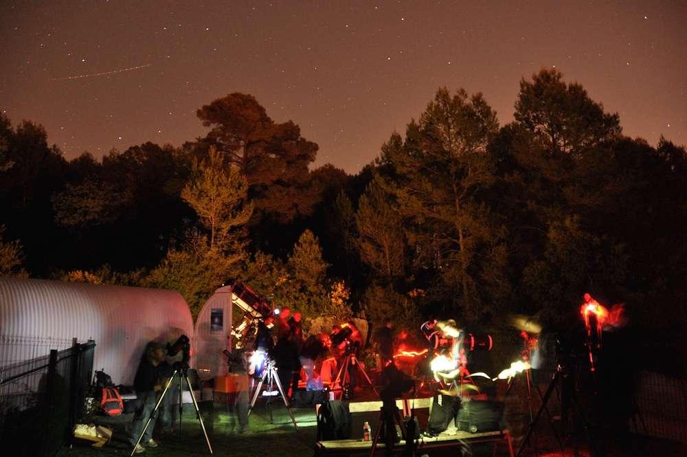 Observation d'objets célestes qui peuplent les nuits d'été à travers les télescopes et lunettes d'une association d'astronomie, dans le cadre des Nuits des étoiles. © Afa