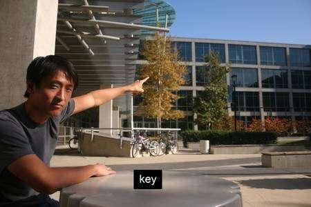 Kai Wang, l'un des auteurs, montre le toit de la terrasse depuis lequel un collègue a photographié au téléobjectif le trousseau de clés posé sur la table... et ici caché par le rectangle noir marqué key (clé), sans doute pour rappeler qu'il ne faut pas laisser traîner ces sésames... © U. de San Diego