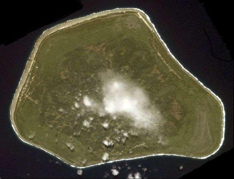 L'île de Mangaia s'est formée sur un point chaud volcanique. Ainsi, les restes de la croûte océanique archéenne trouvés sur place ont voyagé plusieurs centaines de kilomètres dans le manteau avant d'arriver là, leur point de départ étant une zone de subduction. © Nasa, DP