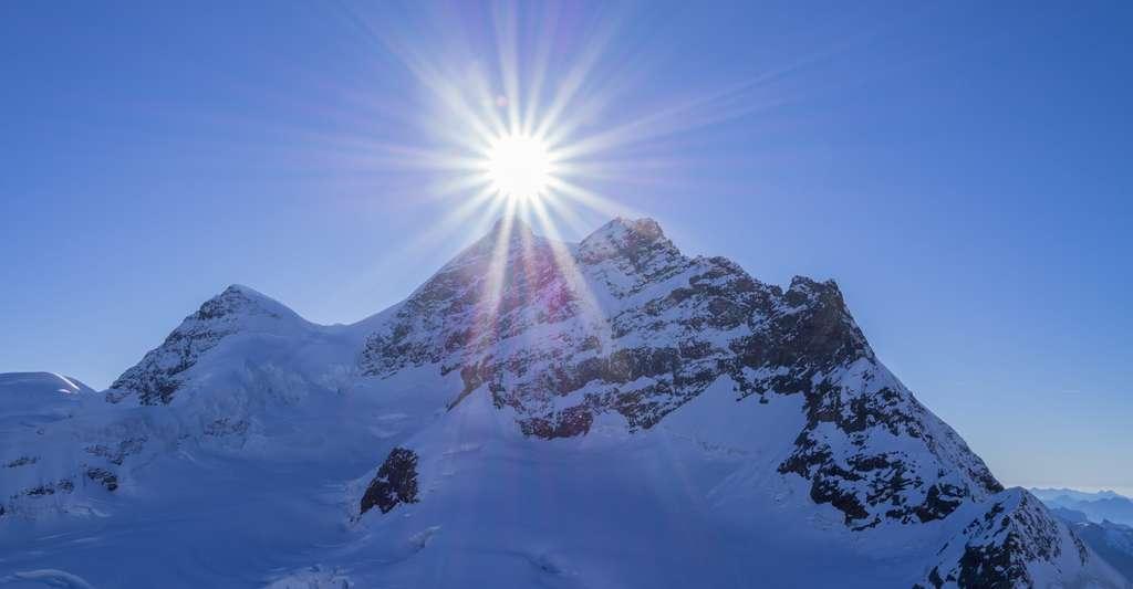 Lorsque l'on gravit une montagne, on se rapproche du Soleil, certes, mais proportionnellement à la distance qui nous en sépare, tellement peu, que cela ne joue pas sur le ressenti de température. © Evan Qu, Unsplash