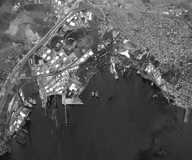 La ville d'Eleusis sur la droite et son port