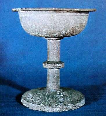 Un calice du Moyen Âge. Malheureusement, la lèpre de l'étain altère les pièces à la longue. © collection Boucaud