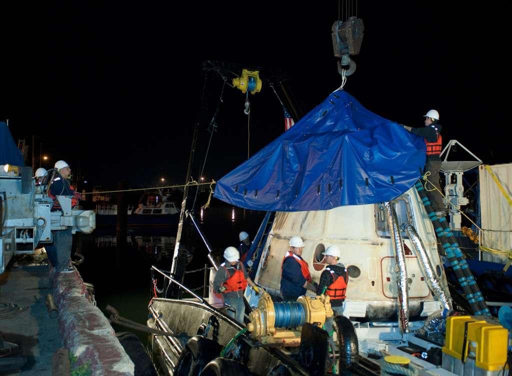 Pour sa deuxième mission commerciale à destination de la Station, la capsule Dragon a décollé le 1er mars 2013, s'est amarrée deux jours après au complexe orbital, puis est retournée sur Terre le 26. Elle est ici ramenée au port après sa récupération au large de la péninsule de Basse-Californie (Mexique), dans l'océan Pacifique. © Nasa