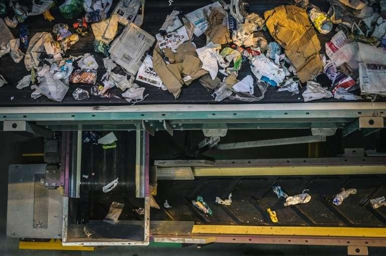 Dans un centre de tri de déchets à Paris, le 6 juin 2019. © Lucas Barioulet, AFP