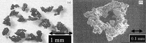 - Régolite (fragments d'impacts météoritiques) de la taille de la cendre - Taille moyenne de 19 microns (40% plus petit qu'un cheveux) - Composition : SiO2 (44.72%) et Al2O3 (14.86%) - Propriétés : magnétique, très poreuse, dentelée, tranchante, allergène