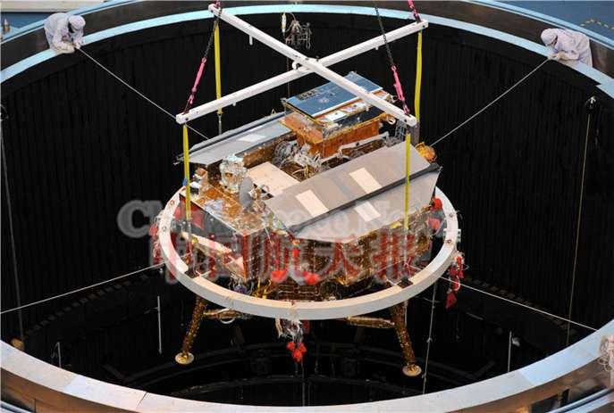 Essai de vide thermique pour l'atterrisseur et le rover Chang'e 3. Ces essais visent à vérifier le fonctionnement des équipements dans des gammes de températures extrêmes et dans les conditions de l'environnement spatial. © CNSA