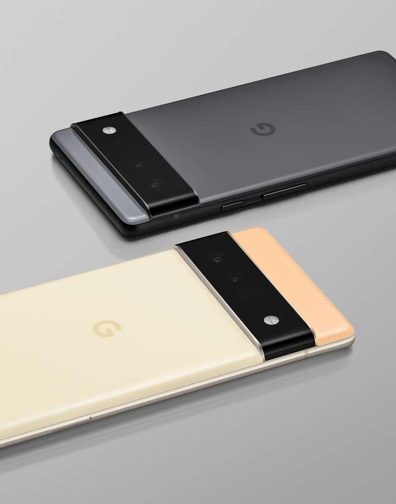 Au premier plan, le Pixel 6 Pro qui se distingue du Pixel 6 (second plan) par la partie au-dessus du module photo qui est plus large. © Google