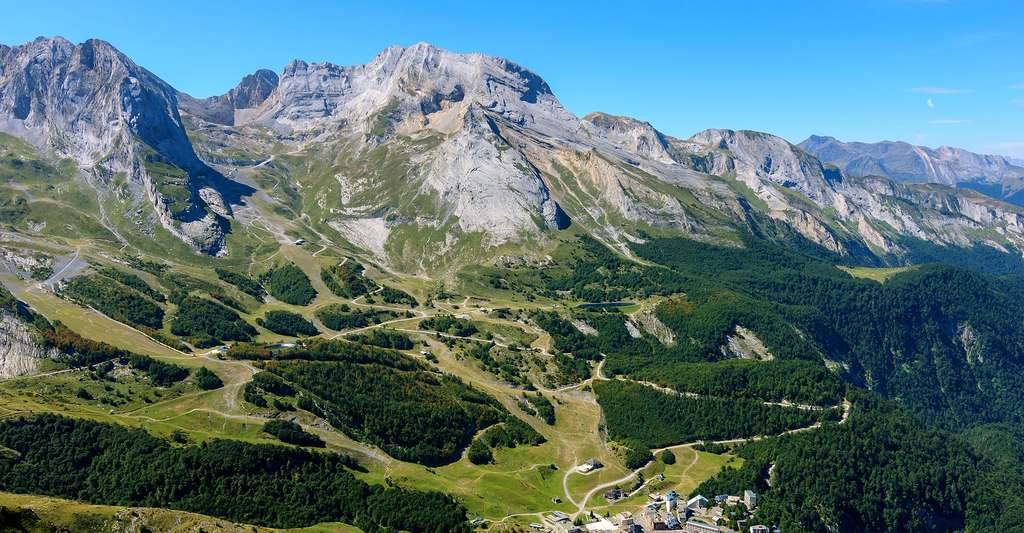 Le cirque de Gourette, dominé par le Pène Medaa (2520m) et le Pic de Ger (2613m) (Pyrénées-Atlantiques, France). © Myrabella, Wikipedia, CC by-sa 3.0