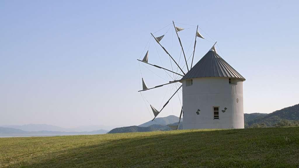 Le moulin à vent d'inspiration grecque à Olive Park, Shōdoshima, Japon