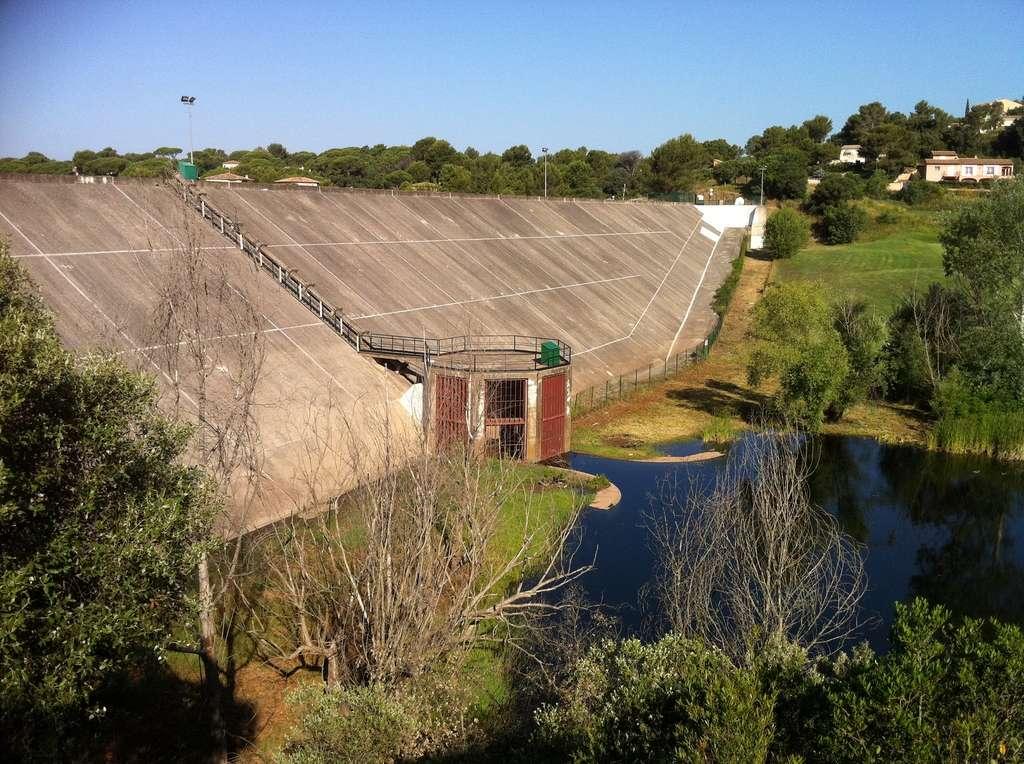 Le barrage des Cous à Saint-Raphaël (Var) dispose d'une capacité maximale de rétention d'un peu plus de 2 millions de mètres cubes et peut réduire l'amplitude (écrêter) d'une crue centennale de 90 %. ©️ Service Hydraulique Cours d'Eau (SHCE)/Cavem